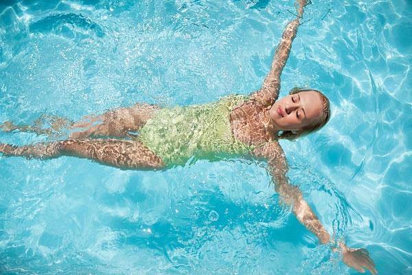 Nằm mơ thấy bơi lội nước đánh con gì? Điềm lành hay điềm dữ?