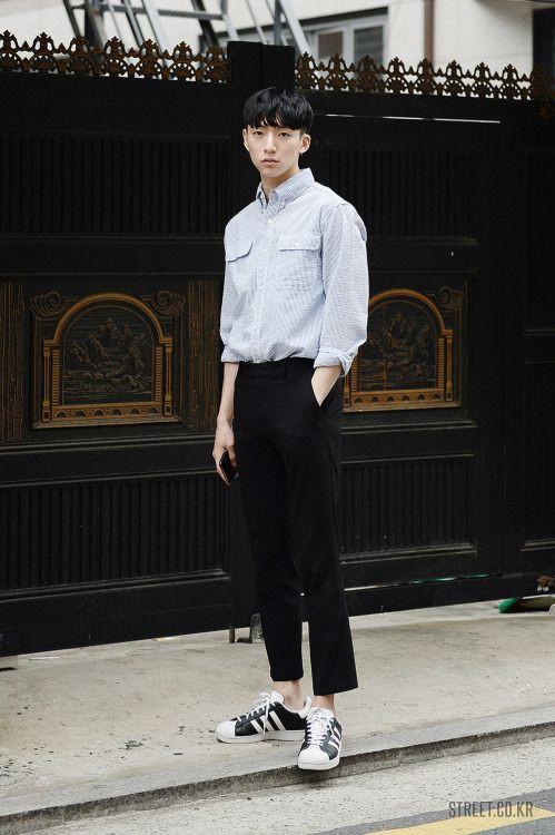 Áo sơ mi và quần thun sáng màu là sự kết hợp khá hoàn hảo