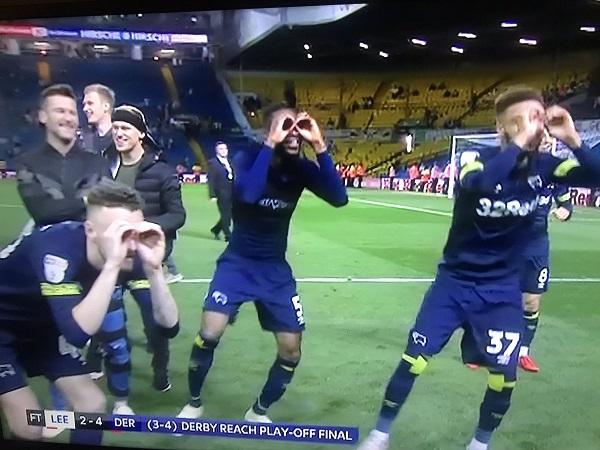Học trò Lampard đổ xô ăn mừng chọc tức Bielsa