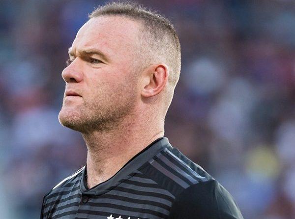 Rooney nhận thẻ đỏ trực tiếp vì đánh cùi chỏ đối phương
